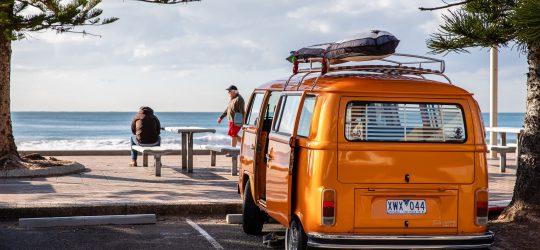 samochód na plaży