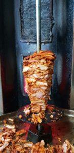 Kebab- mięso na talerzu.